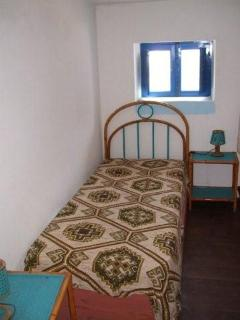Single bed upper level