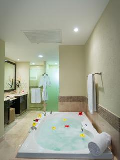 Main Room bathroom with Jacuzzi and double sinck