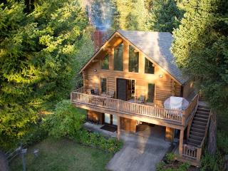Log Cabin Sleeps 10 with Dock on Flathead Lake