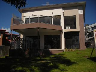 3 Bedroom Town House, Multi Level , Spa & Bar, Merimbula