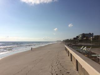Amazing Oceanfront 2BD/3BA - Directly on the Beach, Satellite Beach