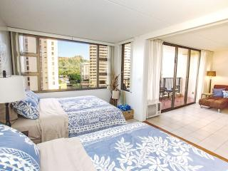 Waikiki Banyan | 1 Block from Beach | WiFi Internet and Parking Incl., Honolulu