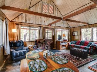 Cozy riverfront cabin with a loft, a wood stove, and a pretty back porch!, Garden Valley