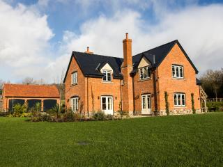 5*High Spec Wonderful House, WiFi/Sky TV,parking,games room & beautiful garden