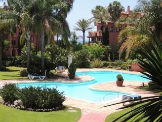 Almost on the beach!! wifi, pool, gardens, 2 beds, Nueva Andalucia