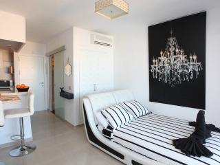 bright apartment on the beach, shared pool, Benalmadena