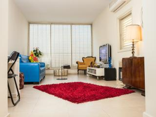 My Beautiful & sunny Tel Aviv apartment by the Beach !