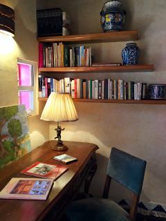 Área de trabajo con escritorio. conexión a internet Wifi en toda la casa
