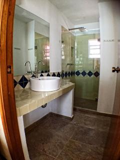 Área de ducha con lavadora y secadora de ropa incluidas para estancias más prolongadas