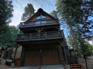 3BR Lake Arrowhead Cedar Chalet w/ Private Lake