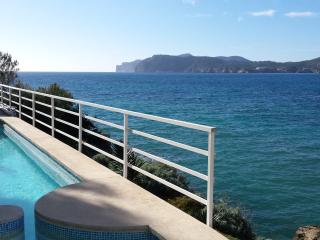 Lovely apartment with shared pool & sea front line, Santa Ponsa