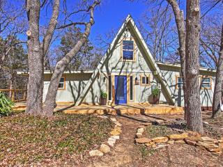 *Reduced Rates for August!* Beautifully Remodeled Lake Texoma 3BR + Loft A-Frame House w/Wifi, Fire Pit & Expansive Deck - Settled in a Gorgeous Wooded Area - Perfect Location w/Easy Access to Boating & Fishing at Lake Texoma!, Pottsboro