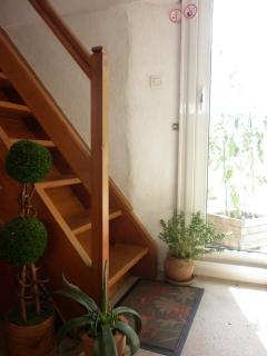 escaliers pour accéder à la chambre située au 1er étage