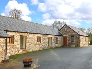 TY BUDDUG, stone-built cottage, character features, hot tub, woodburner, Llandegla, Ref 925591