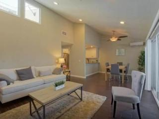 BEAUTIFULLY FURNISHED AND NEWLY REMODELED 3 BEDROOM, 2 BATHROOM HOME, Costa Mesa