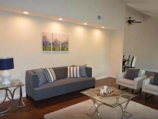FULLY FURNISHED AND COZY 3 BEDROOM, 2.5 BATH CONTEMPORARY HOME, Calabasas