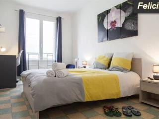 Felicity: Beautiful 3-bedroom flat 3 min. away from the beach with terrace+park.