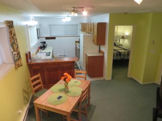 Comfy Cabana Suite; 4 mins to UVIC, 14 to Downtown, Victoria