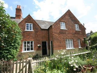 Windsor Town Centre -Serviced Cottage