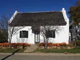 The Barn Cottage @HUIS- a Cape villagestay, McGregor
