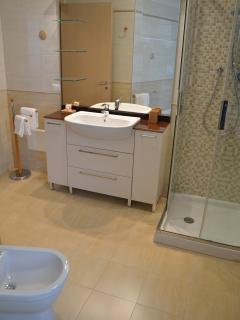 bagno con doccia ALLOGGIO NR 4