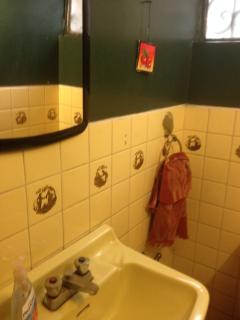 Baño social en el primer piso. El completo está en el segundo piso en el hall de la planta alta.