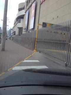 Servicio Chevrolet en la vereda del frente de la Propiedad.