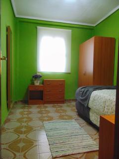 2ª Habitación doble con dos camas y espejo de pie