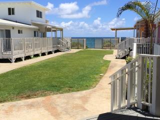 'AKIA BEACH HOUSE/ 20 STEPS FROM THE BEACH! (YELLOW HOUSE) at Owen's Retreat