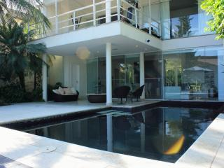 MODERN HOUSE CLOSE OLYMPICS AND BEACHES