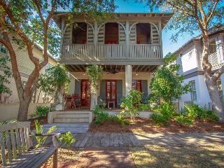 Charming, family-friendly cottage with green play space in heart of Rosemary Beach - Cotton-Carrigan Cottage