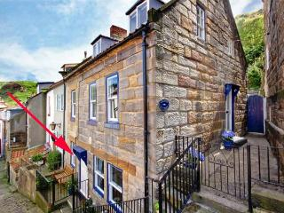 GRIMES NOOK, fisherman's cottage, with woodburning stove, close to shops, pubs and beach, in Staithes, Ref 933837