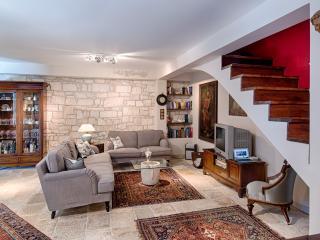 Villa SHIRAZ - antiques, garden & seaview