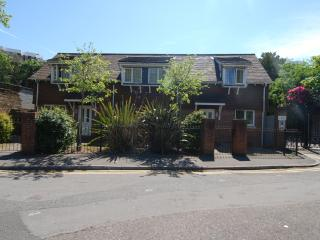 No 4, Beautiful 2 bedrooms, Close Beach and Town