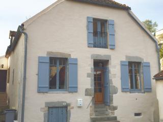 Riverside Retreat, Tower Views, Lg Garden Patio, Steps to Town Centre, Semur-en-Auxois