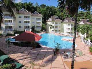 Beautifull Overlooking Penthouse Apartment, Ocho Rios