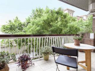 4BR/2BA Terrace Apt in Trendy Gracia for 8 - BCN