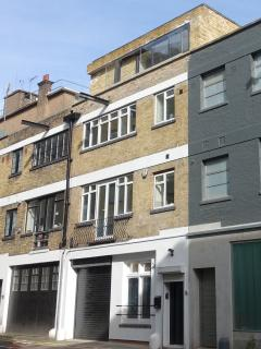 3 bedroom mews house in Clerkenwell with garage. Great location close to restaurants, shops, station