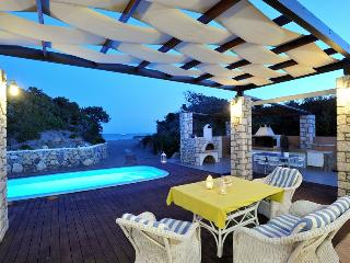 Maison Catherine close to Prassonisi with beach front pool ,BBQ and outdoor area
