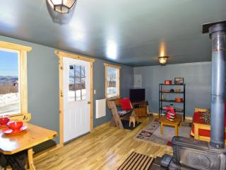 Stylish 1BR Sumner Cabin on 140 Private Acres w/Wifi, Cheerfully Appointed Interior & Awe-Inspiring Mountain Views - Paradise for Nature Lovers & Winter Sport Enthusiasts!