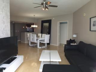 BEAUTIFUL OCEAN VIEWS! LARGE CONDO, MODERN DECOR!, Sunny Isles Beach