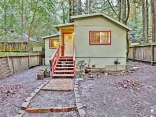 Peaceful 1BR Guerneville Cottage w/Wifi, Private Yard, Deck & Amazing Redwood