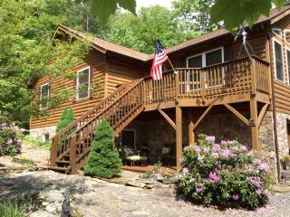 HAWKSNEST CABIN, peaceful family getaway in the Blue Ridge mountains