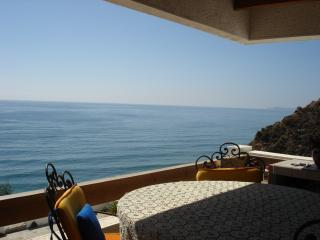 Beautiful Ocean front condo breath taking views, Rosarito