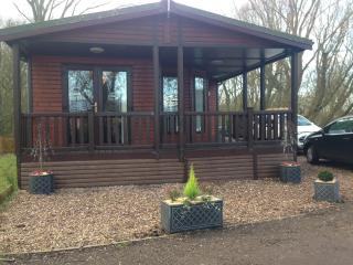 Log Cabin with hot tub at Tattershall lakes
