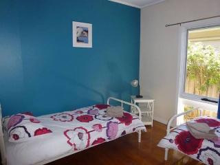 Bedroom 2 (2 single beds)