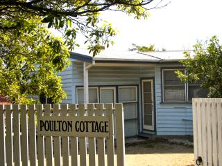 Old-fashioned cottage 150 metres from beach