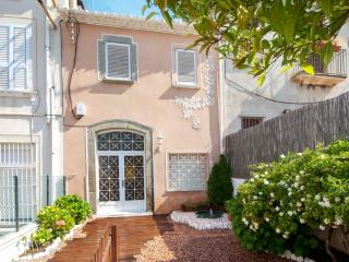Large house with terrace and sunbeds, El Masnou