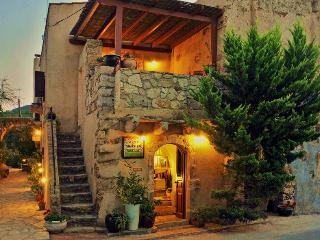 Porfyrousa Traditional Hotel near the small river, Mylopotamos