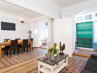 Walk to Plaza Catalunya/Las Ramblas from this city centre 5BR/2BA home!